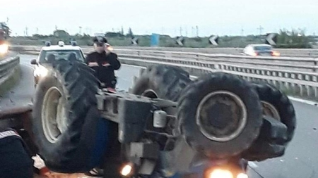 Tragedia sulla SS 16 bis, trattore si ribalta: muore agricoltore 43enne