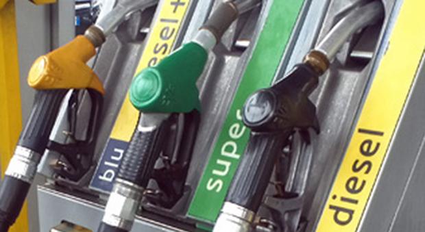 """Benzina di contrabbando: i finanzieri sequestrano una """"pompa bianca"""" a Pontecagnano per frode in commercio"""